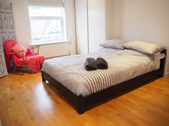 Double Room in Modern Apartment - East Molesey - Apartmen