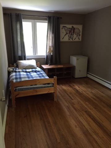 Nice room in upscale Suffern neighborhood - Suffern - 단독주택