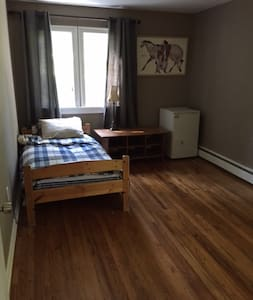 Nice room in upscale Suffern neighborhood - Suffern - Casa