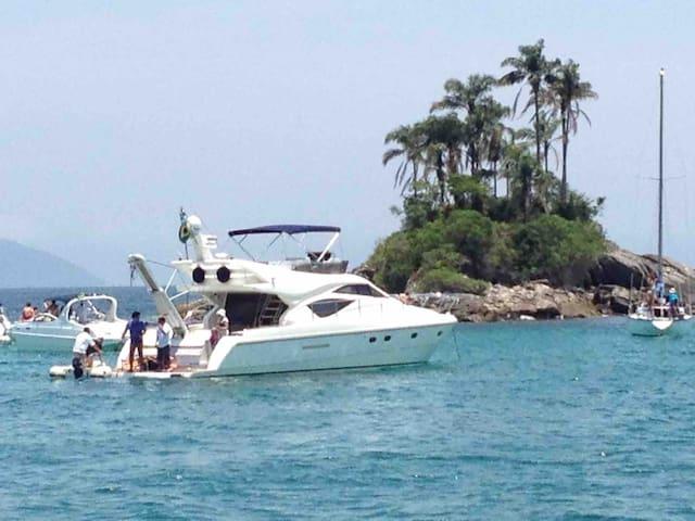 Boat Ferretti 530 with Fly
