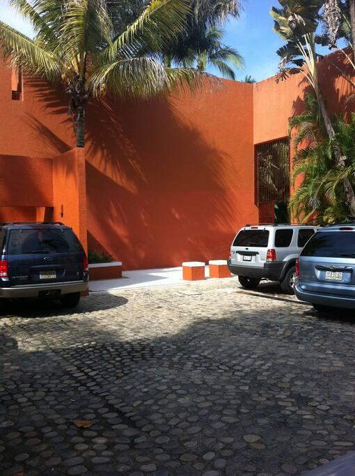 Estacionamiento y entrada