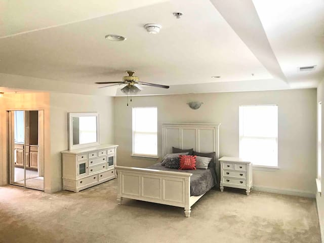 ++HUGE Master Suite in Beautiful Home +Jacuzzi Tub