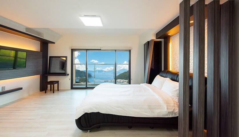 아늑한 분위기와 함께 독립된 공간에서 여유를 즐길 수 있는 302 객실