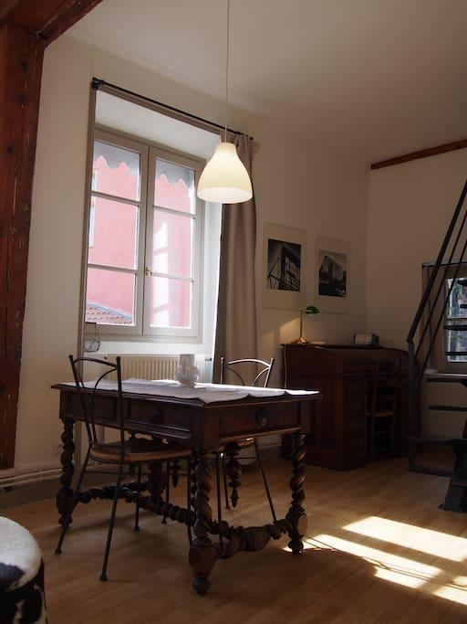 la table et le bureau vus du salon