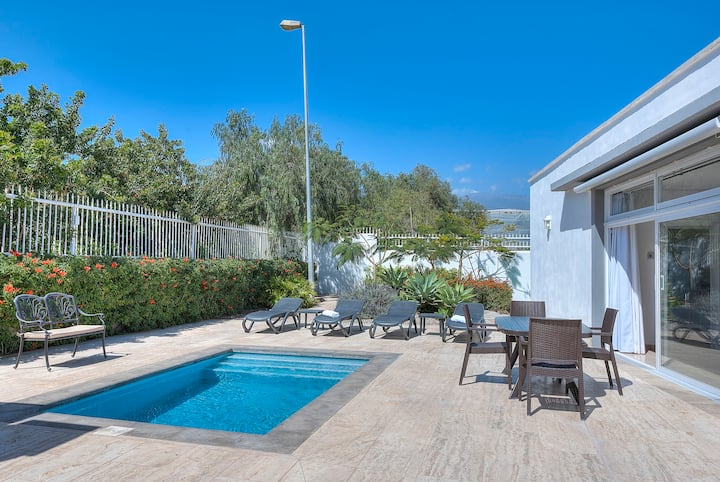 Private Heated pool and BBQ, walk to restaurants
