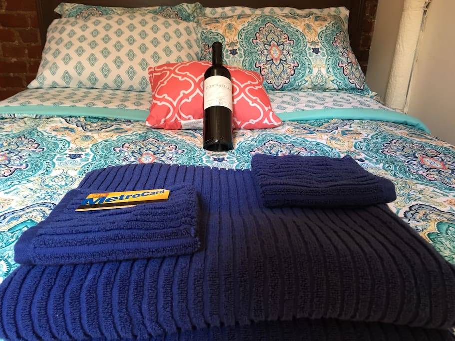 Full size bed with Free UNLIMITED MTA TRAIN AND BUS CARD*. Bottle of wine included with Long Term Stays.