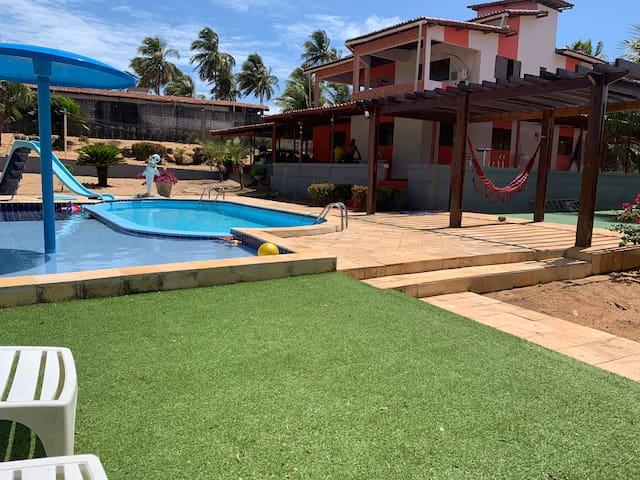 Casa com piscina e parque infantil
