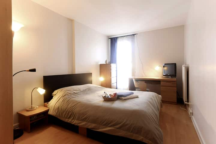 Large room 6 min Paris by metro breakfast included