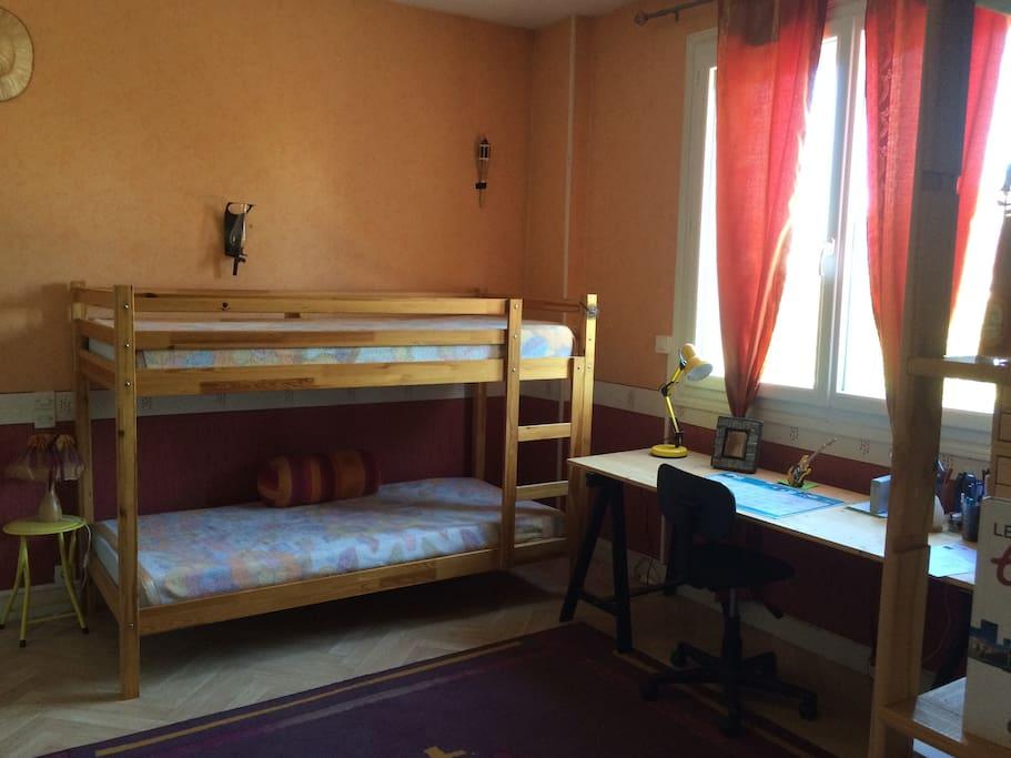 Chambre/bureau avec ses lits en 90 superposés
