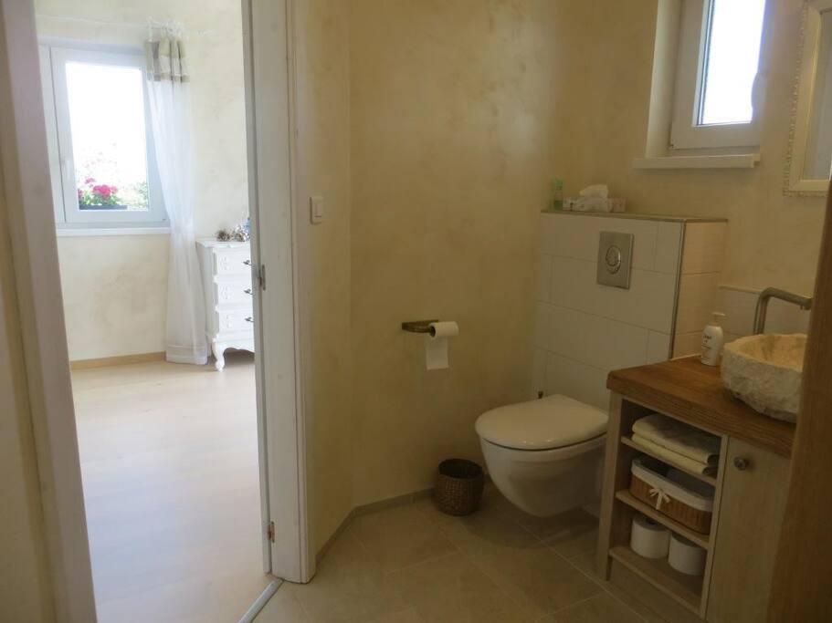 Salle de bains équipée d'un WC