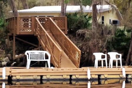 , Yellow House on the Suwannee River - Casa