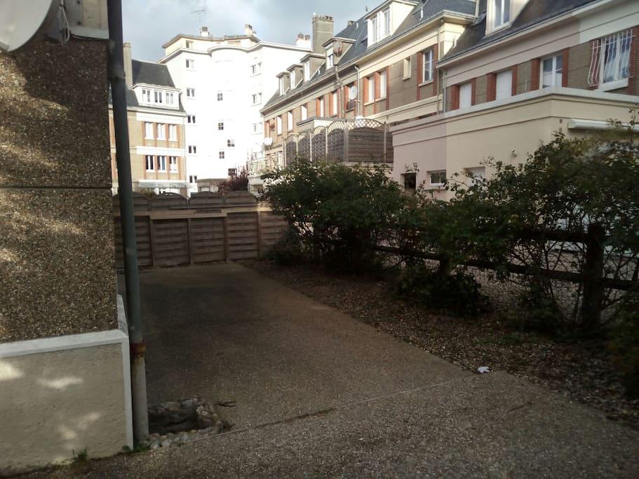 terrasse privée. devans y'a les voisins son super simpat