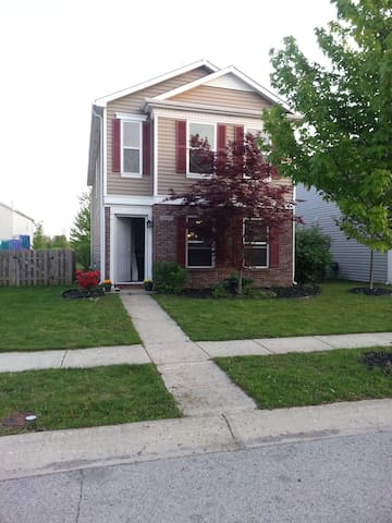 North Side Home - Noblesville - Talo