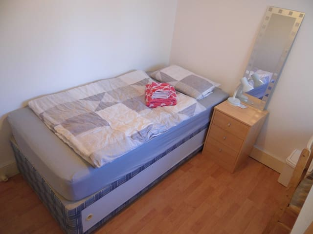 Female only:Furnished single room in 2 bd flat