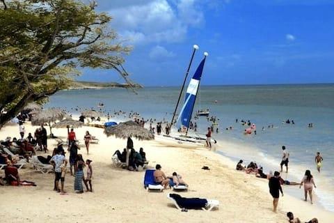 En playa Guardalavaca Alojamiento  Santy & Chabela