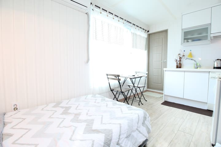 *Designer's love pretty apartment near KU station*
