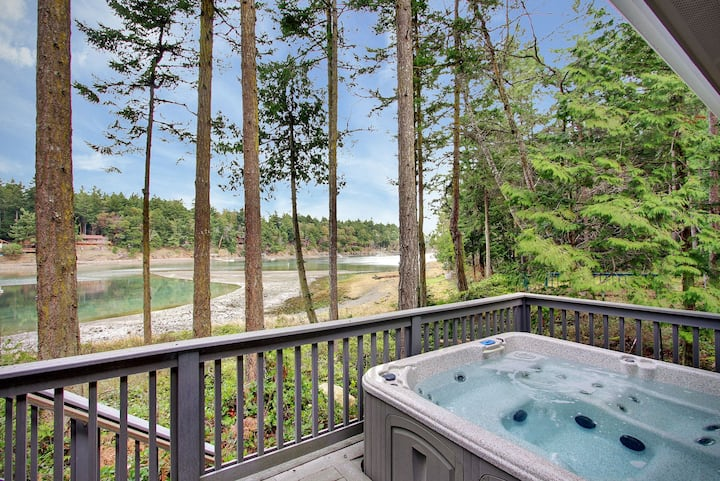 GORGEOUS WATERFRONT HOME W/HOT TUB NEAR ROCHE HARBOR! (RH Manor)