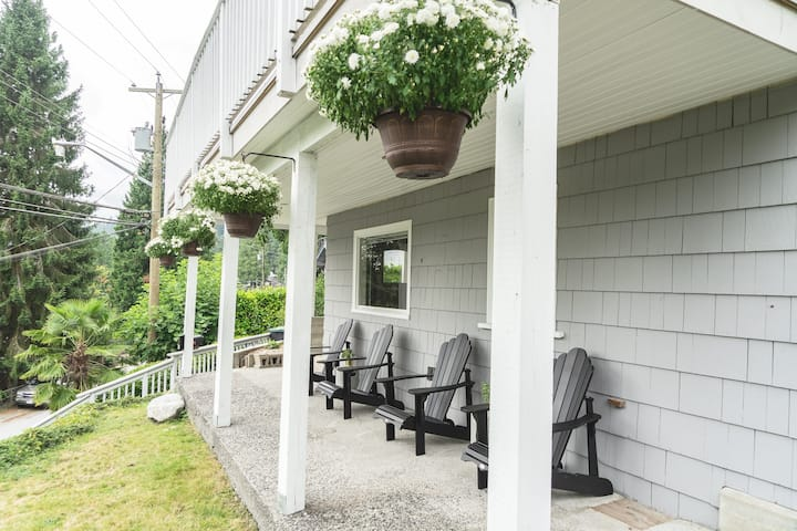 The Cove Cottage, Ocean Views & Steps to the Beach