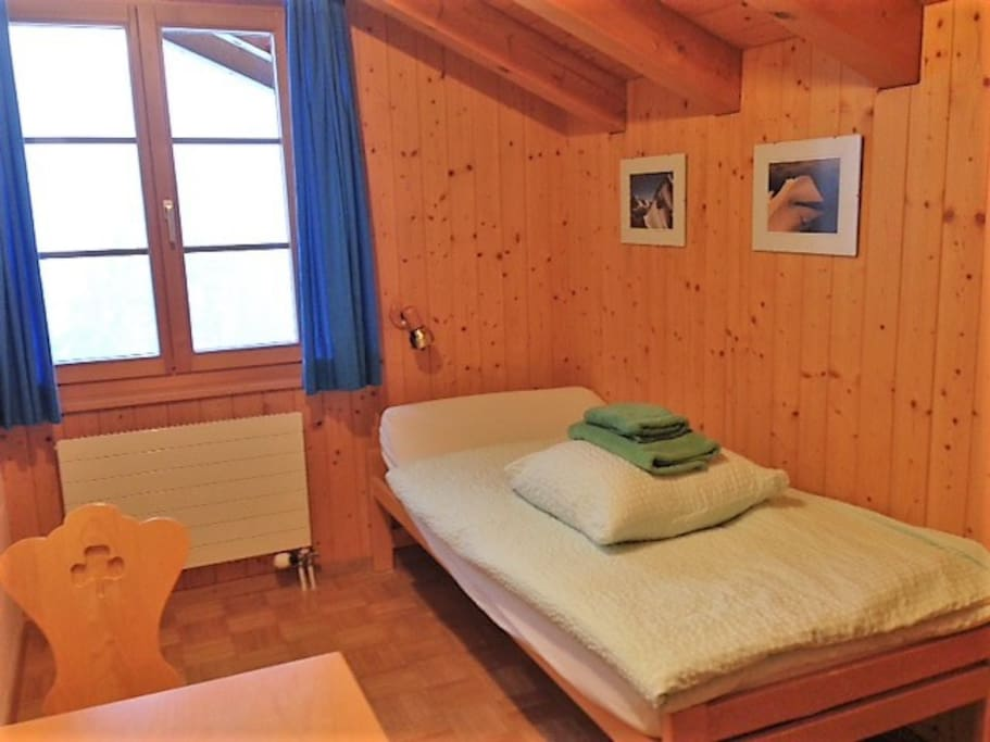 Single bedroom. Linen and towels are provided.