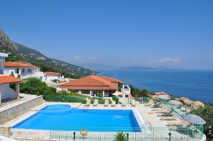 Hill on the sea with pool - Corfu - Apartment