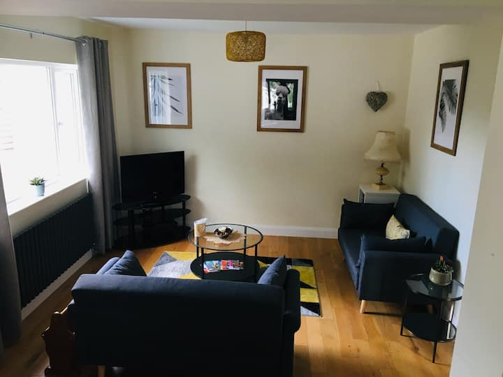 Cosy Home - 5 mins from Belfast/Off road parking