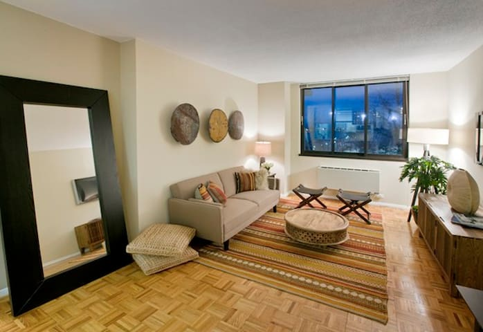 Roosevelt Island luxury apartment main bedroom - New York - Wohnung