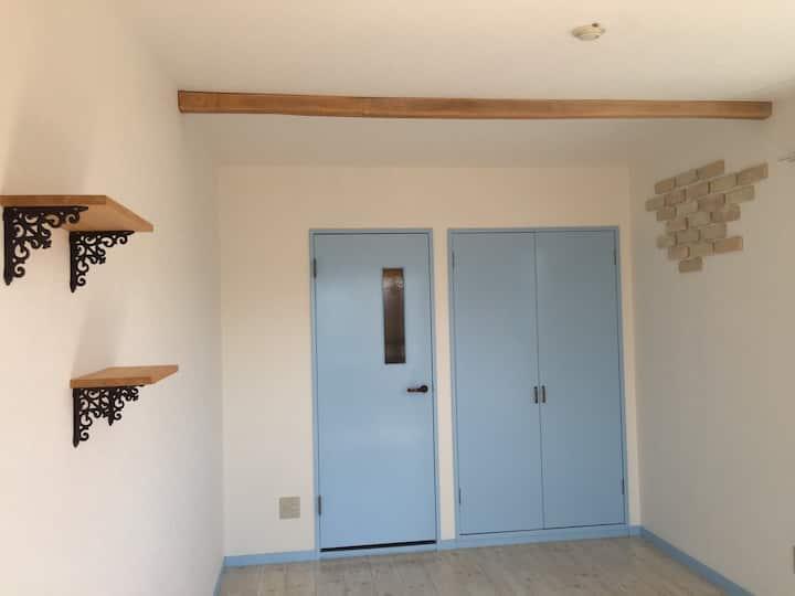 三島駅まで徒歩7分、月貸し。2名宿泊可能 ブルーの部屋。Wi-Fi接続出来ます