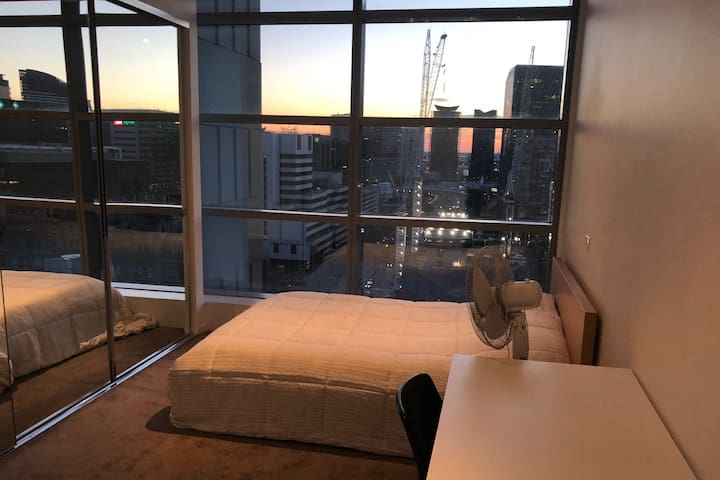 A Room Central Melbourne CBD, Wifi/Gym/Pool 交通方便