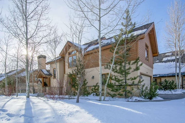 Updated Lower Deer Valley w Hot Tub, Fireplace, Beds for 12!
