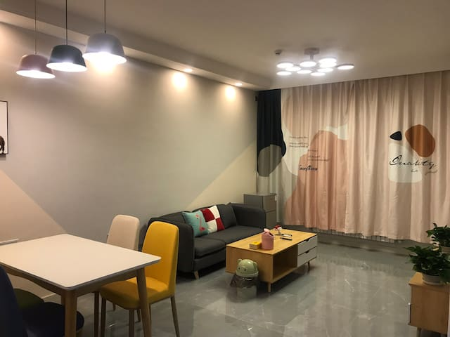 市中心金水岸高层电影房(两室可做饭)