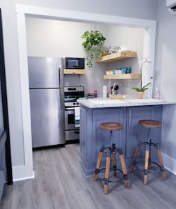 Cute little loft, minutes from AIRPORT & DOWNTOWN
