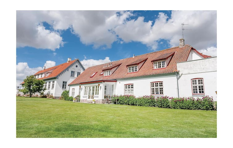 Former farm house with 10 bedrooms on 220 m²