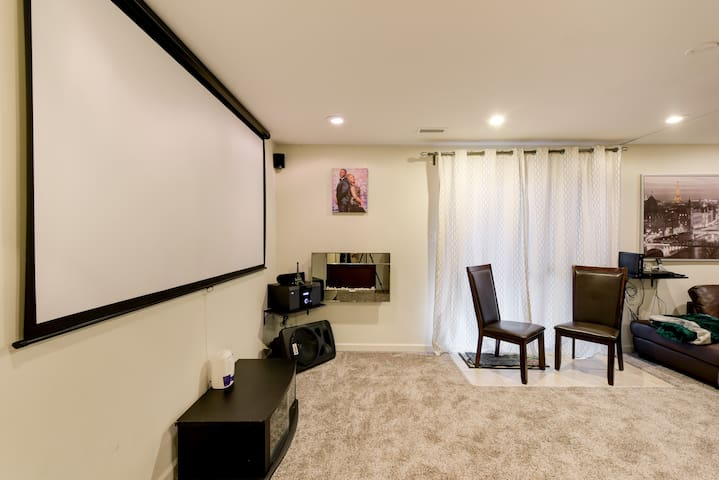 ELEGANT GUEST-SUITE W/ Projector near MALL & REST.