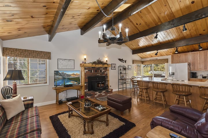 Mount Shasta Retreat: Updated Home in Whispering Pines Estates with Outdoor Hot Tub & more!