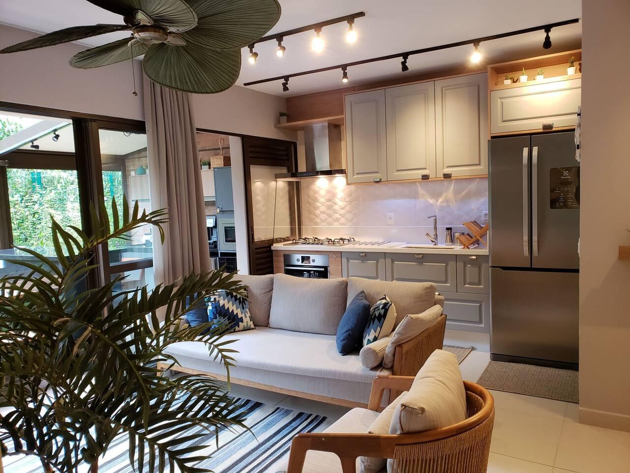 Sala integrado com cozinha e ampla iluminação