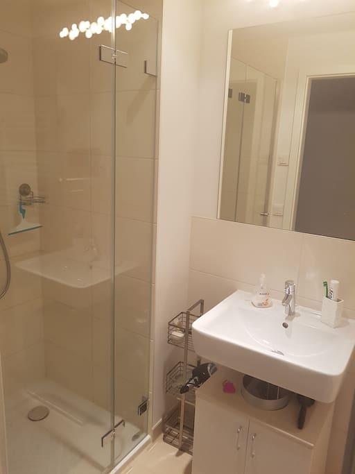 Privates Badezimmer mit Dusche, Waschbecken und Toilette