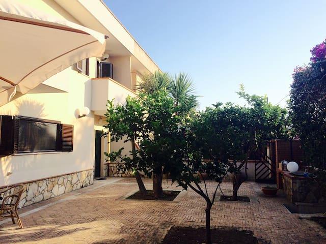 Villa due livelli con giardino - Laura - Villa