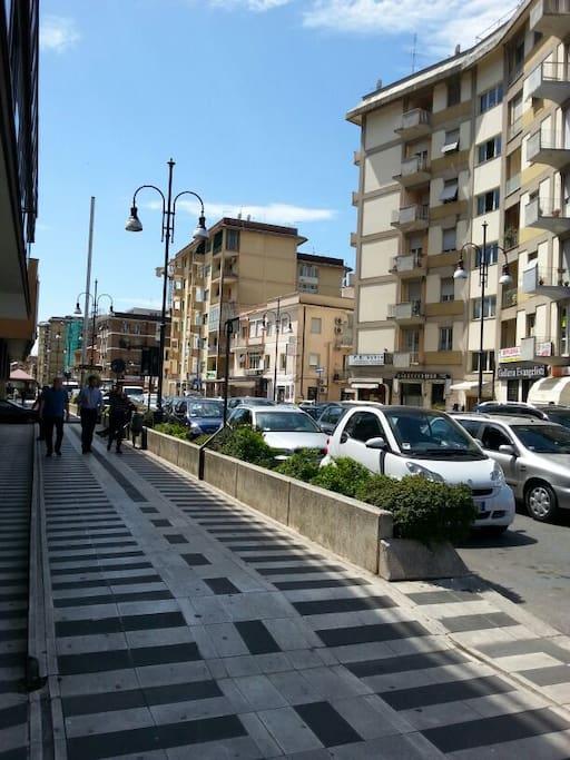 La strada principale: la passeggiata, i negozi, locali e alla fine...lo stadio!