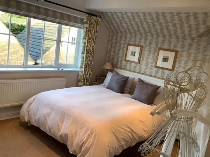 King sized bed, en-suite shower room.