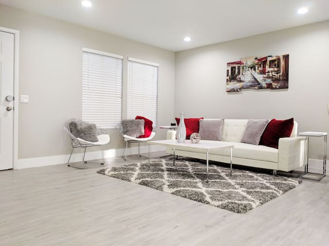 Modern and cozy getaway! Perfect for Groups