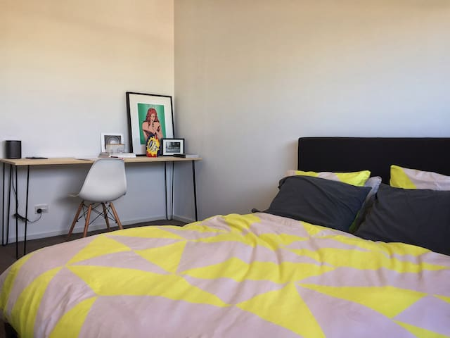 LARGE 2BR apartment close to PT & minutes from CBD - Moonee Ponds