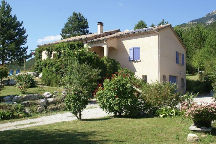 Casa de vacaciones tranquila en Marignac-en-Diois con jardín