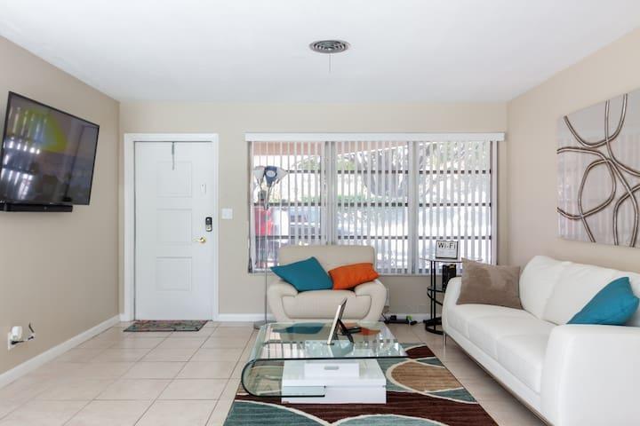 3bdr 2 bath Modern House w/ pool - Fort Lauderdale