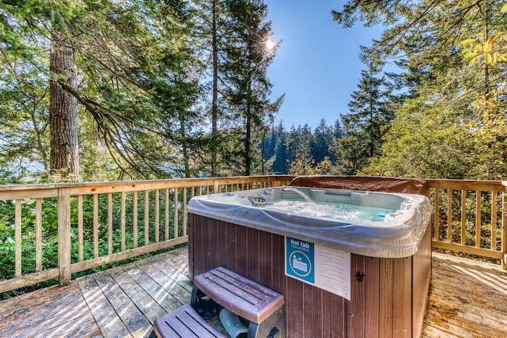 Expansive deck w/hot tub & dock on Woahink Lake. Dog-friendly!