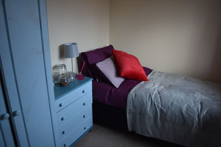 single room Runcorn quiet area pets OK Superhost