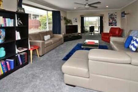 HOME AWAY FROM HOME - Christchurch - Rumah