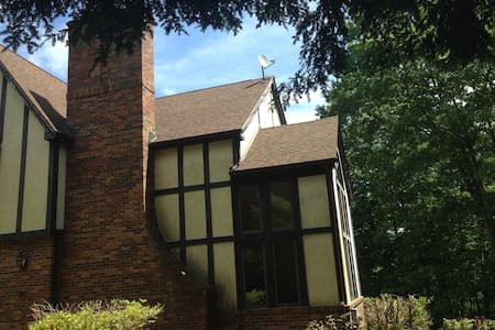 Beautiful Tudor mansion on 9 acres-Large 4 Bdrms! - Ház
