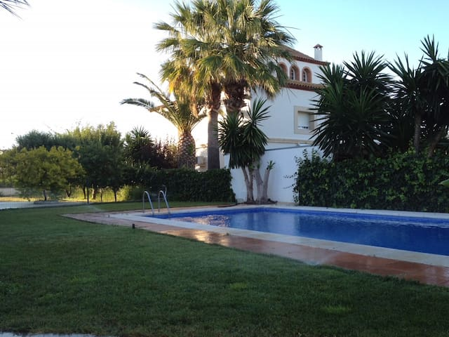 HOUSE IN TORREDEMBARRA WITH POOL AND PADDLE COURT