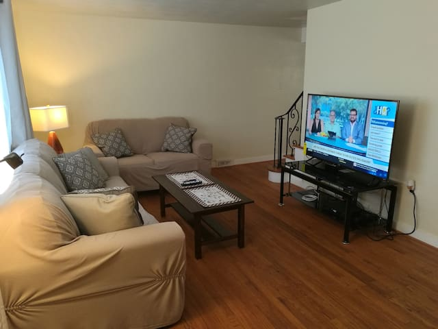 Remodeled home w/ parking 10 min from d-town, PGH