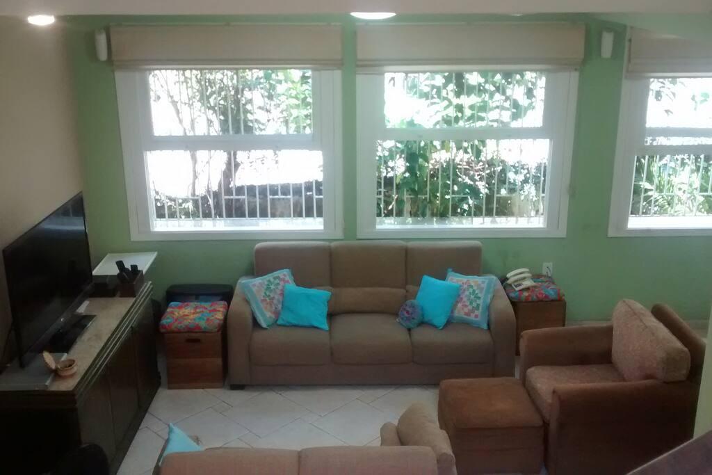 Ampla sala - 4 janelas para o quintal  Living Room - 4 big windows to the yard